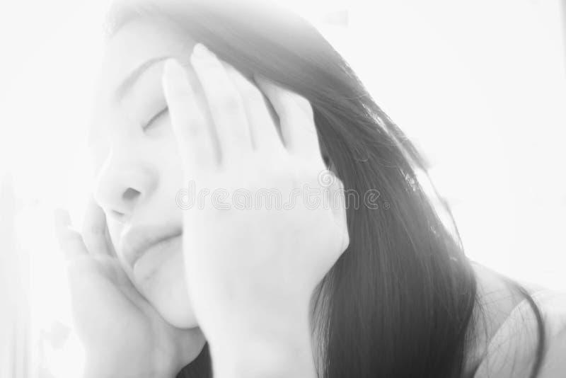 Portrait de jeune femme asiatique, style principal élevé de photo, photo noire et blanche de couleur, foyer mou photos stock