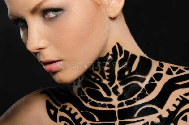 Portrait de jeune femme attirante, art de corps noir image stock