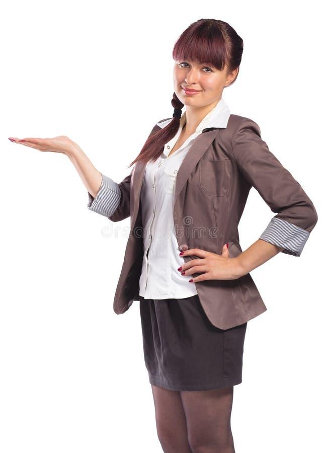 Portrait de jeune femme attirante montrant quelque chose sur sa paume photos stock
