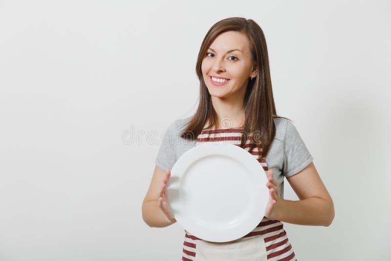 Portrait de jeune femme au foyer caucasienne de sourire attirante de brune sur le fond blanc Belle femme de femme de charge image libre de droits