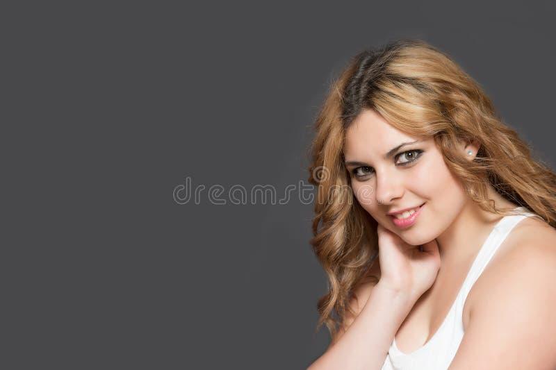 Portrait de jeune femme aux cheveux longs de sourire image stock