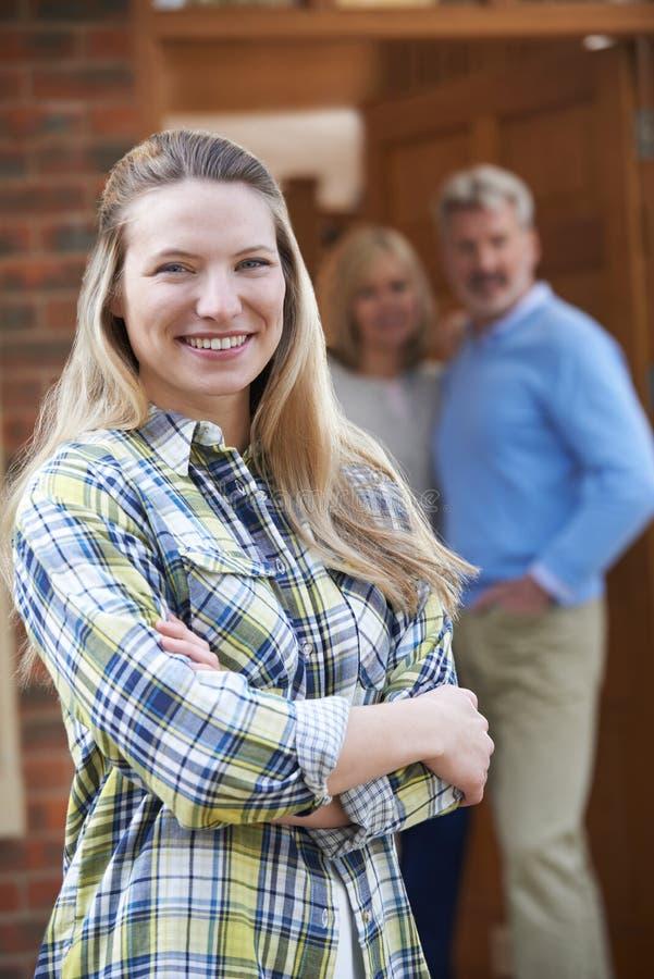 Portrait de jeune femme avec des parents à la maison images libres de droits