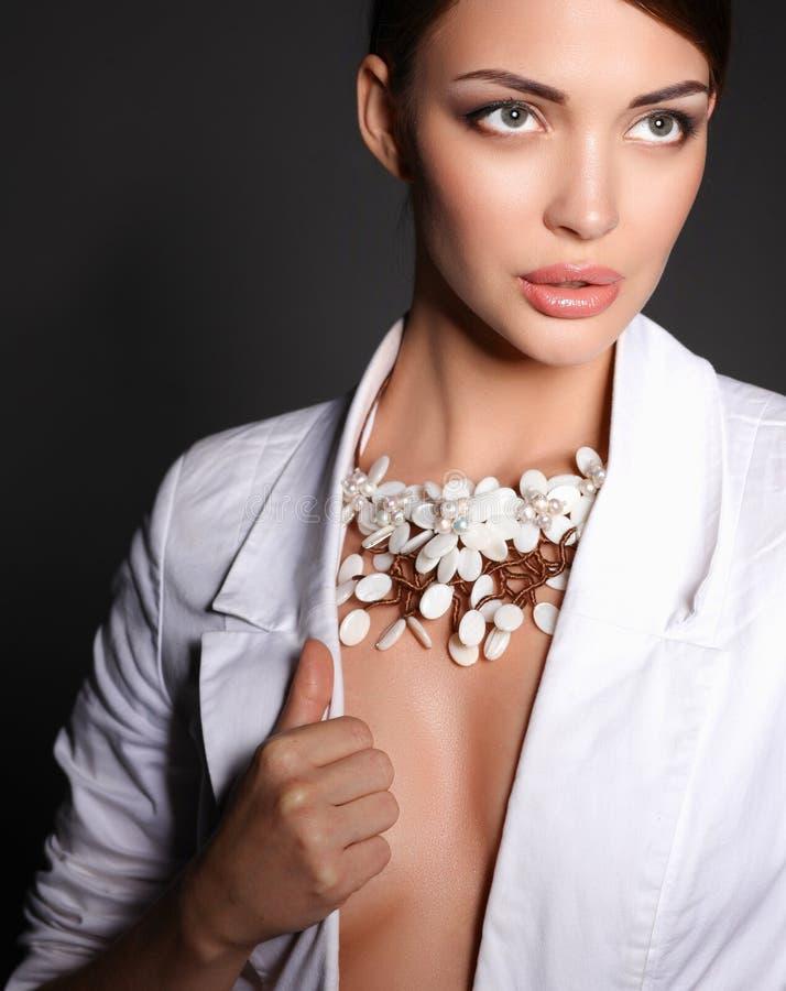 Download Portrait De Jeune Femme Avec Des Perles, Se Tenant Sur Le Fond Gris Image stock - Image du beads, assez: 87700883