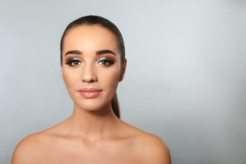 Portrait de jeune femme avec des prolongements de cil photo stock