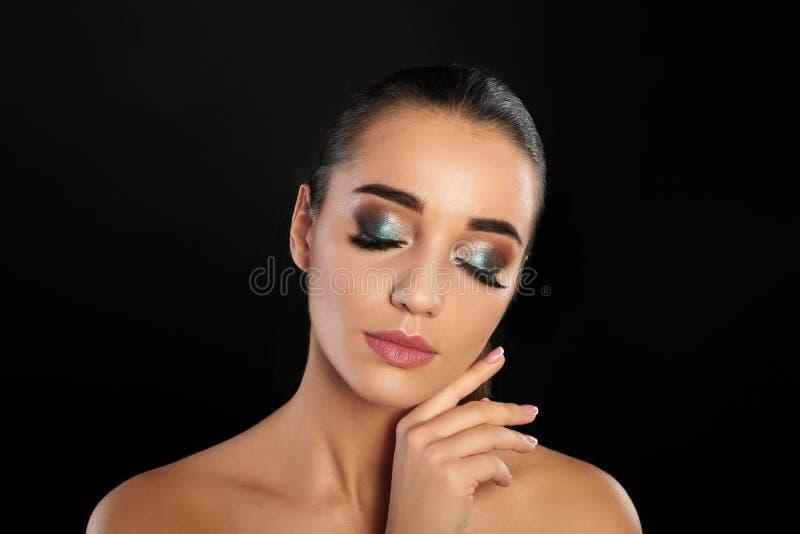 Portrait de jeune femme avec des prolongements de cil et le beau maquillage photographie stock libre de droits