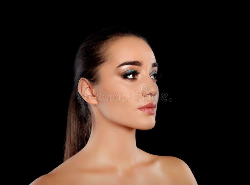 Portrait de jeune femme avec des prolongements de cil et le beau maquillage photo libre de droits