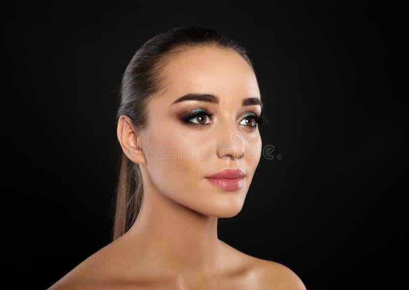 Portrait de jeune femme avec l'extension de cil photos stock