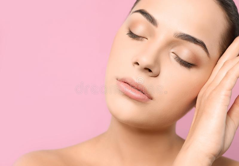 Portrait de jeune femme avec le beau visage et de maquillage naturel sur le fond de couleur, plan rapproch? L'espace pour images libres de droits