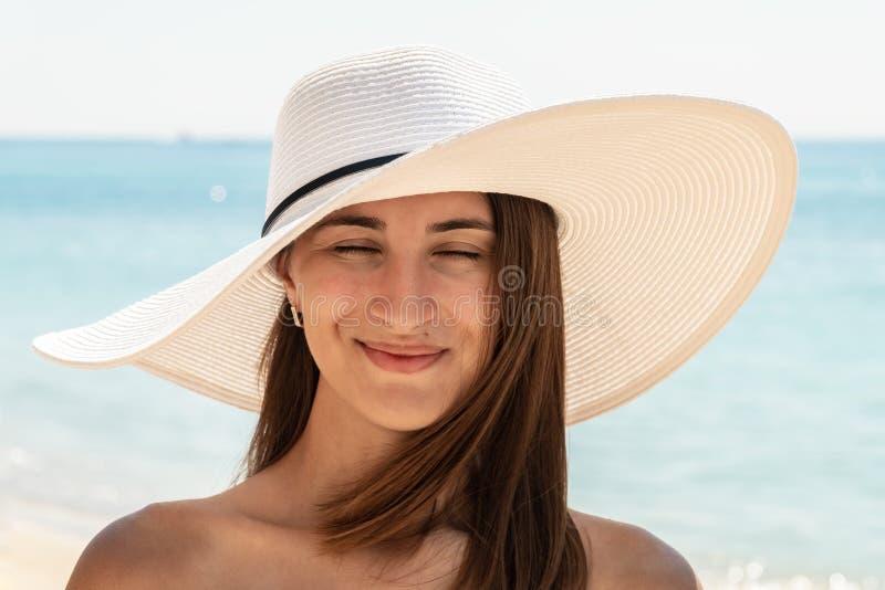 Portrait de jeune femme avec le chapeau de plage images libres de droits