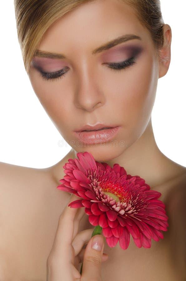 Portrait de jeune femme avec le chrysanthème photographie stock libre de droits