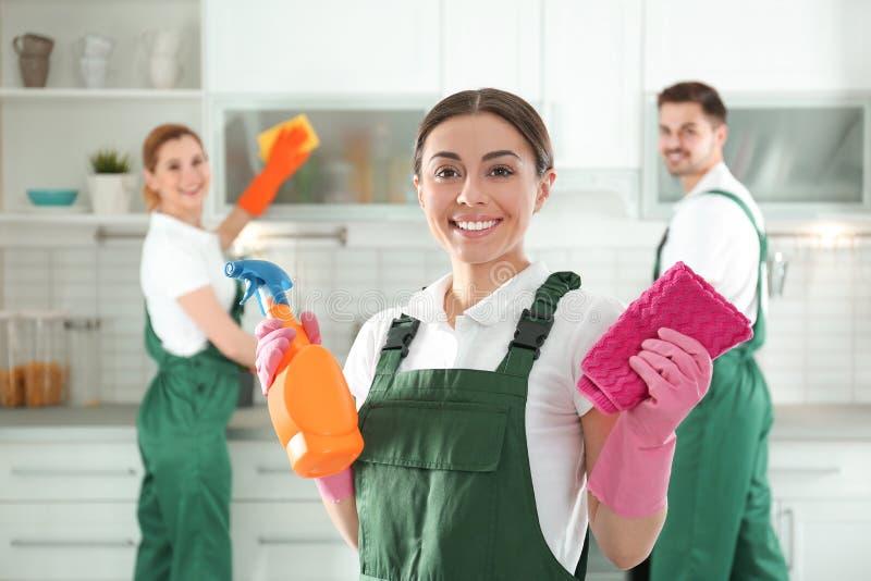 Portrait de jeune femme avec le pulvérisateur et le chiffon service de nettoyage photo stock