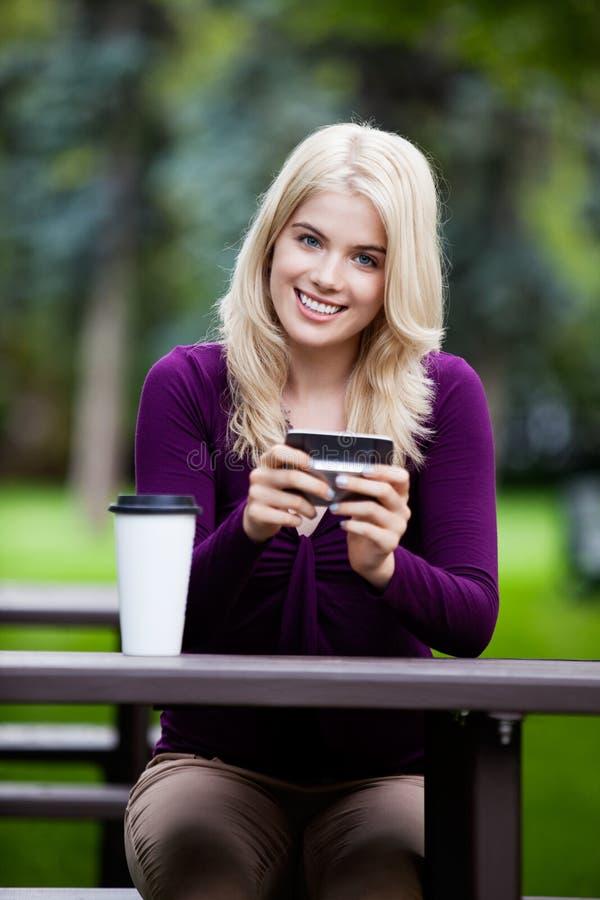 Portrait de jeune femme avec le téléphone portable image stock
