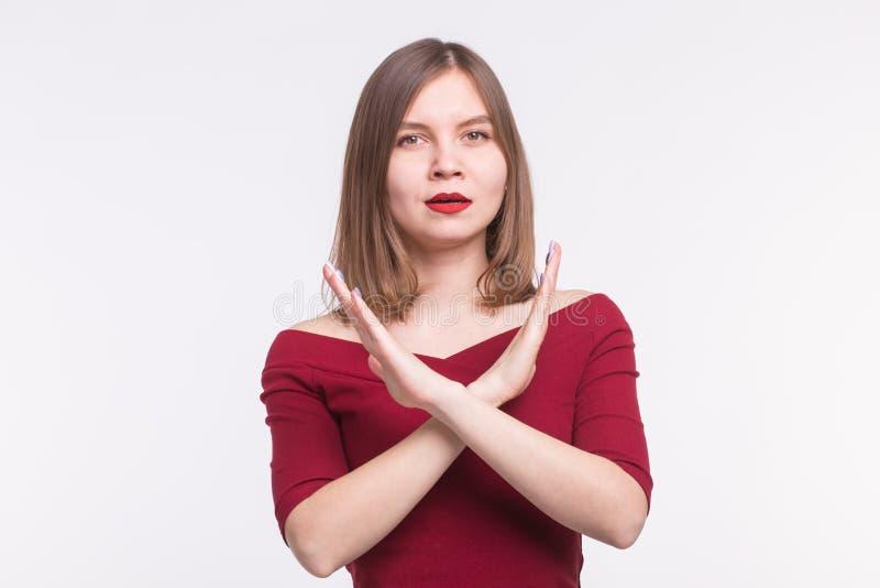 Portrait de jeune femme avec les lèvres rouges dans l'apparence supérieure rose pas ou arrêter le geste photos libres de droits