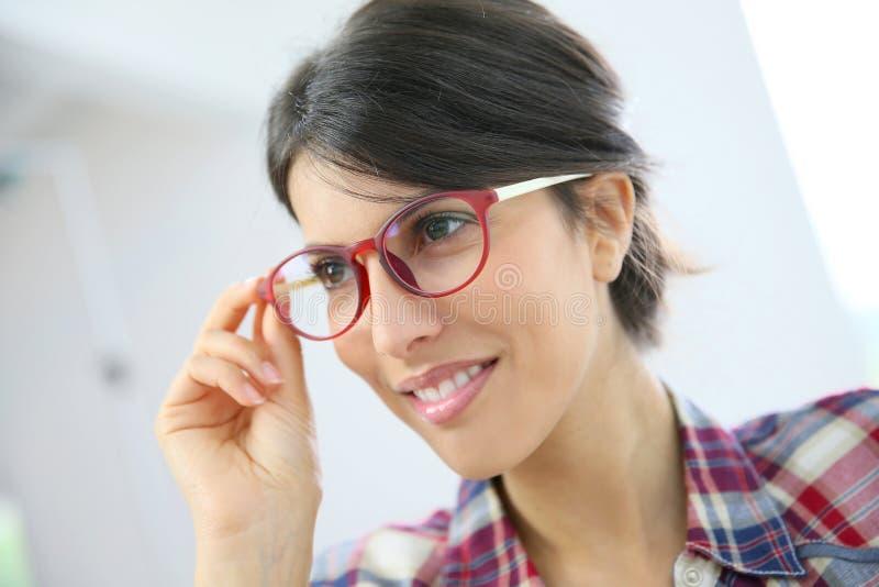 portrait de jeune femme avec les lunettes rouges image stock image du isolement serrez 54991413. Black Bedroom Furniture Sets. Home Design Ideas