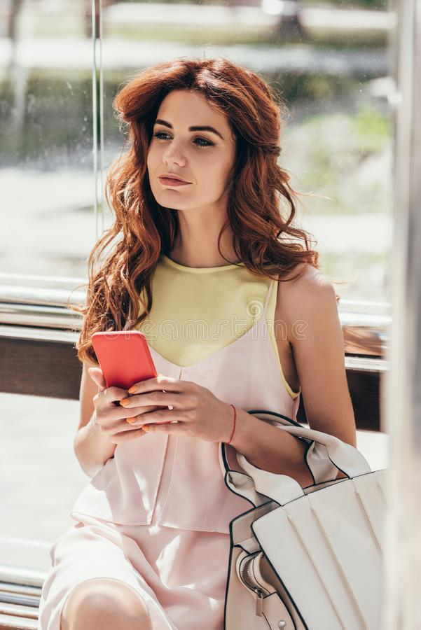 portrait de jeune femme avec se reposer de smartphone photos stock
