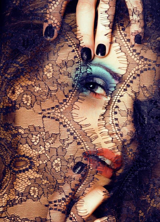 Portrait de jeune femme de beauté par la fin de dentelle vers le haut des valeurs maximales de concentration au poste de travail  photo stock