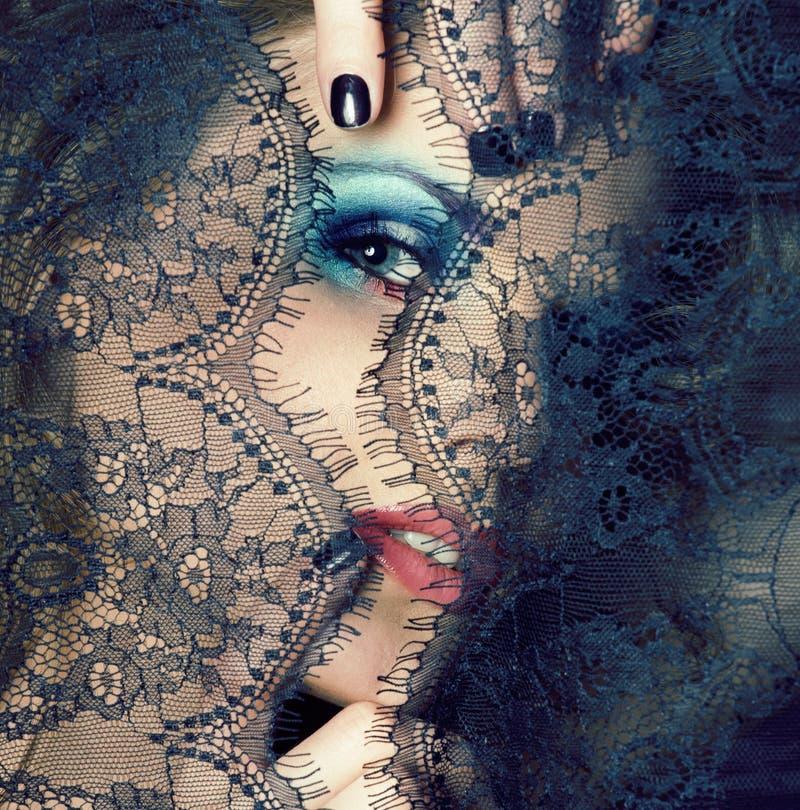 Portrait de jeune femme de beaut? par la fin de dentelle vers le haut du maquillage de myst?re sexy, concept de personnes de mode photographie stock