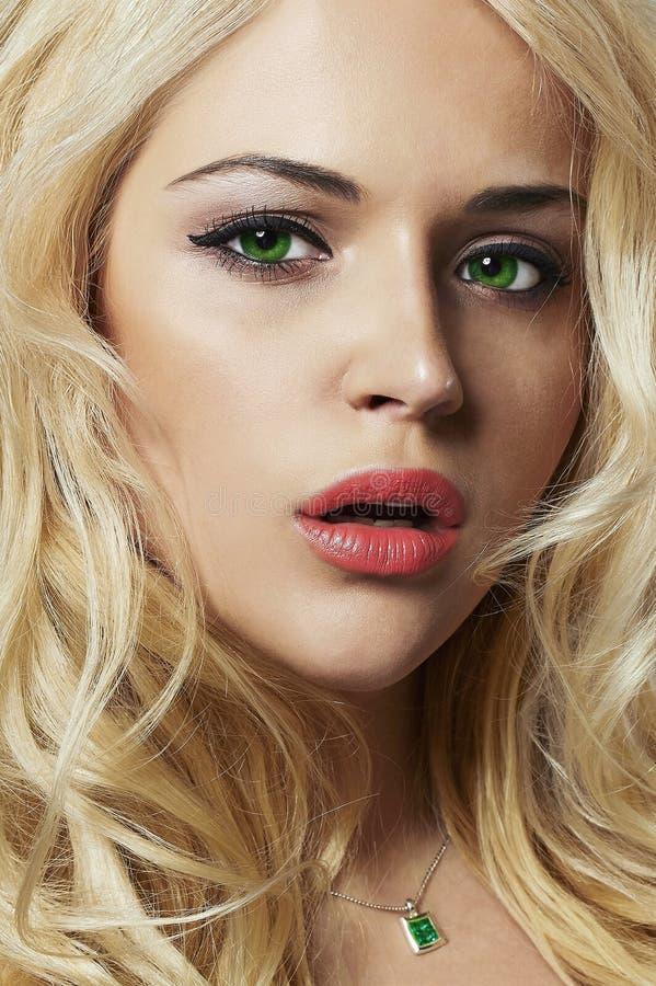 portrait de jeune femme belle fille blonde avec les yeux verts image stock image du cils. Black Bedroom Furniture Sets. Home Design Ideas