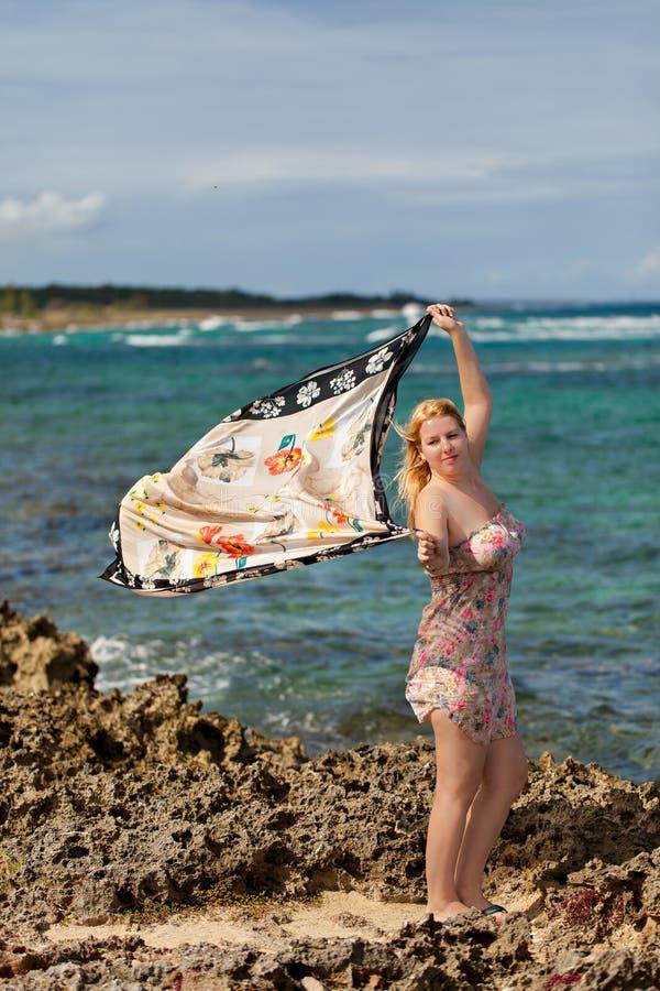 Portrait de jeune femme blonde à l'été près de la mer à la plage rocheuse photographie stock