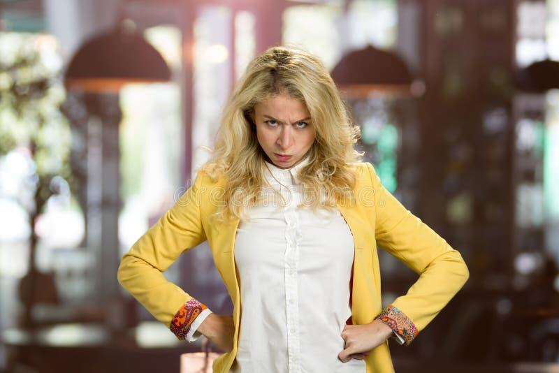 Portrait de jeune femme blonde de froncement de sourcils image libre de droits