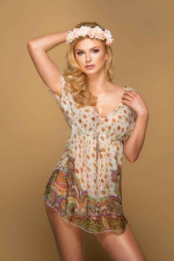 Portrait de jeune femme blonde merveilleuse photo stock