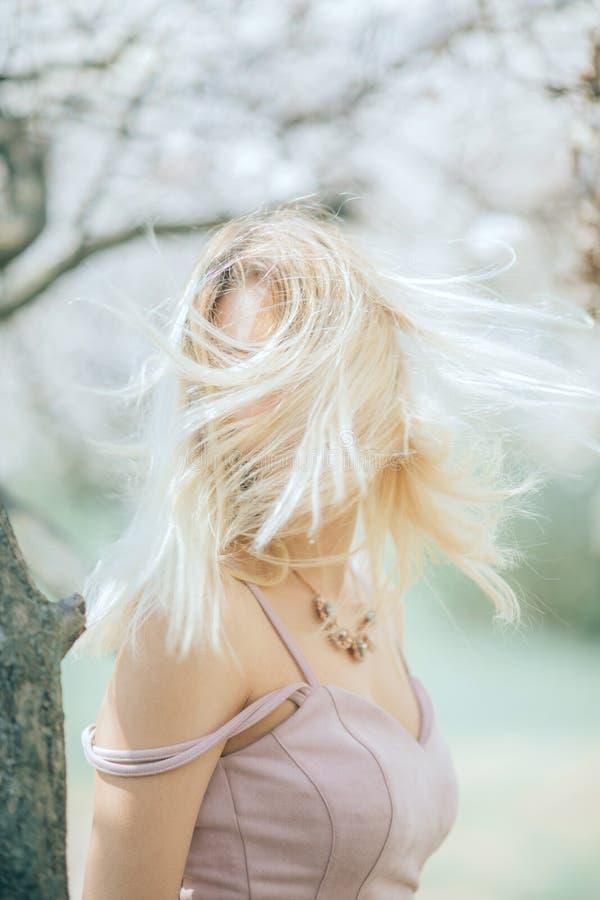 Portrait de jeune femme blonde parmi des arbres image libre de droits