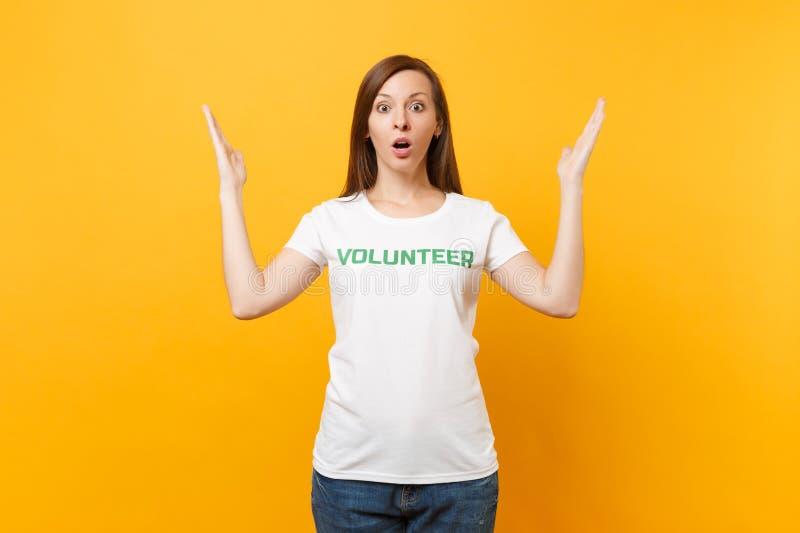 Portrait de jeune femme choquée bouleversée triste dans le T-shirt blanc avec le volontaire écrit de titre de vert d'inscription  photo libre de droits