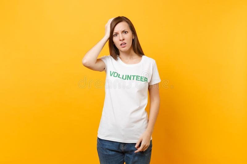 Portrait de jeune femme choquée bouleversée triste dans le T-shirt blanc avec le volontaire écrit de titre de vert d'inscription  photographie stock libre de droits