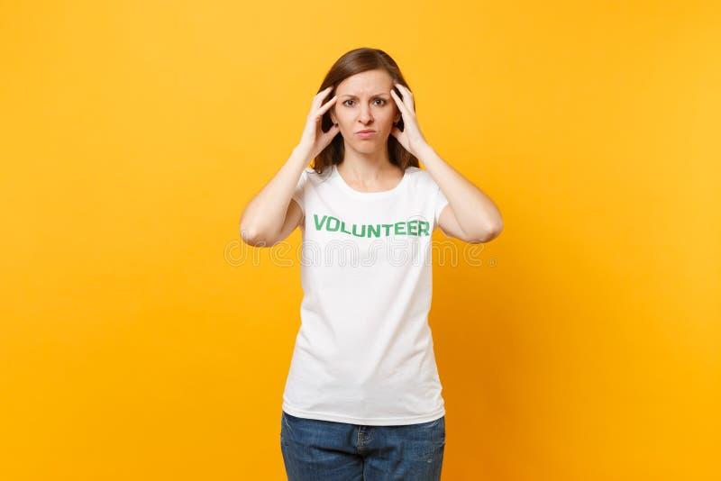 Portrait de jeune femme choquée bouleversée triste dans le T-shirt blanc avec le volontaire écrit de titre de vert d'inscription  photographie stock