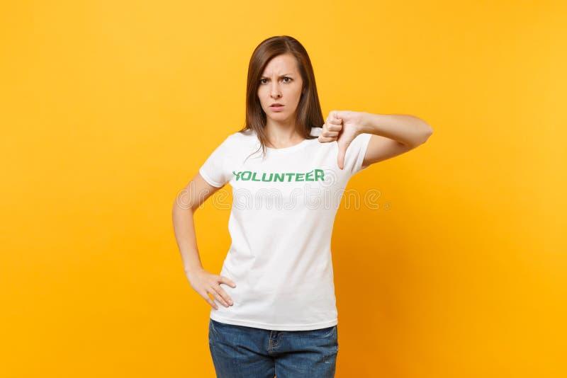 Portrait de jeune femme choquée bouleversée triste dans le T-shirt blanc avec le volontaire écrit de titre de vert d'inscription  images stock