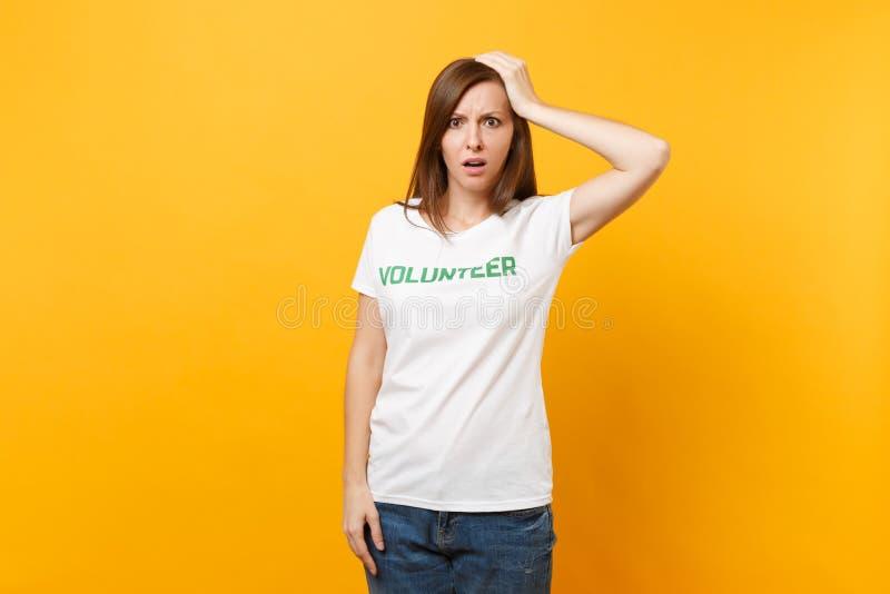 Portrait de jeune femme choquée bouleversée triste dans le T-shirt blanc avec le volontaire écrit de titre de vert d'inscription  images libres de droits