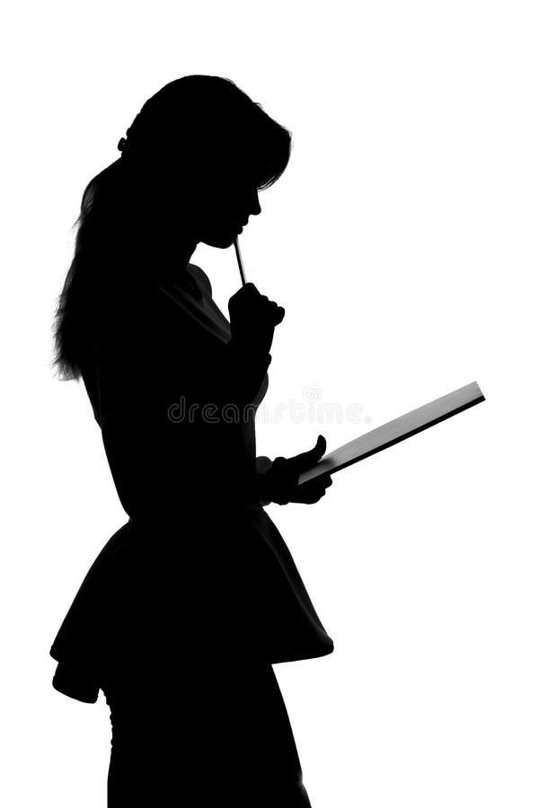 Portrait de jeune femme d'affaires avec un dossier et un stylo à disposition photo stock