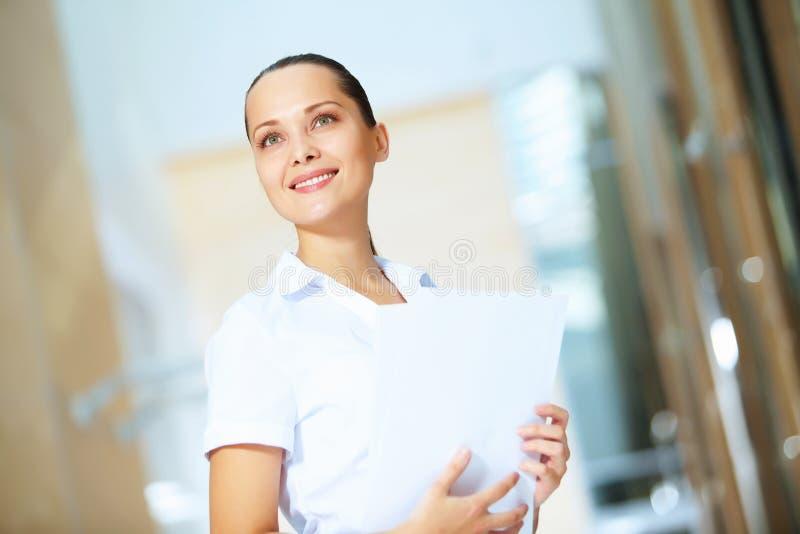 Portrait d'une jeune femme d'affaires sûre photographie stock