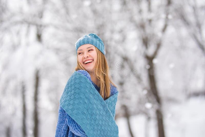 Portrait de jeune femme d'hiver Beauté Girl modèle joyeux riant, ayant l'amusement dans le parc d'hiver Belle jeune femme riant d image stock