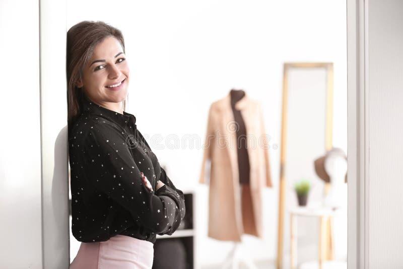 Portrait de jeune femme dans la boutique photographie stock