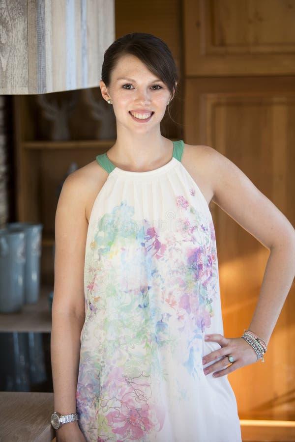 Portrait de jeune femme dans la cuisine regardant l'appareil-photo photographie stock