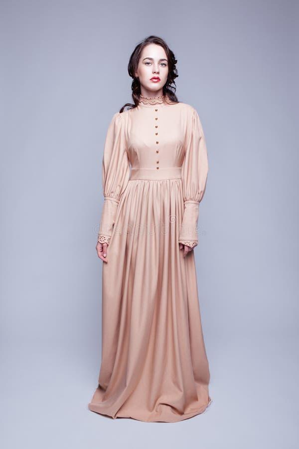 Portrait de jeune femme dans la rétro robe photographie stock