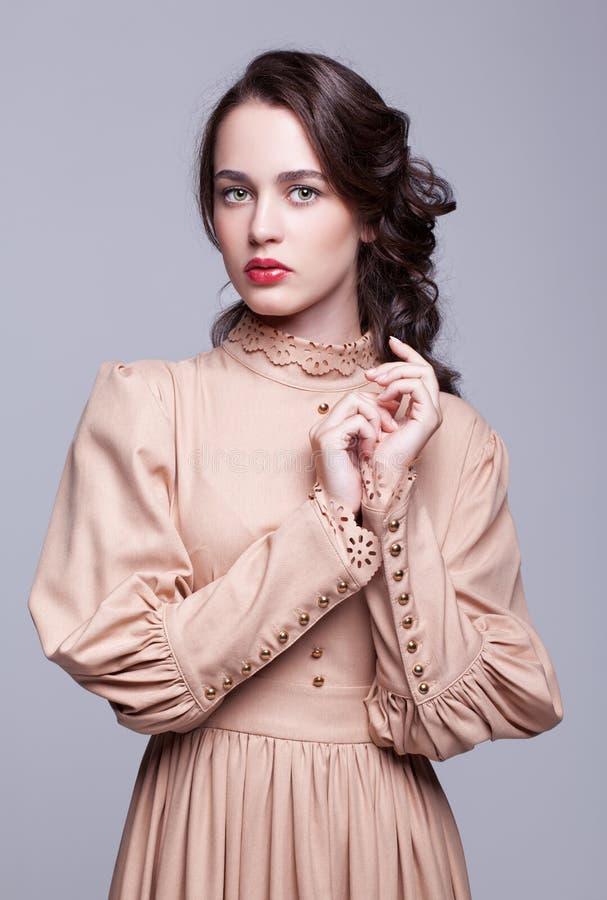 Portrait de jeune femme dans la rétro robe image libre de droits