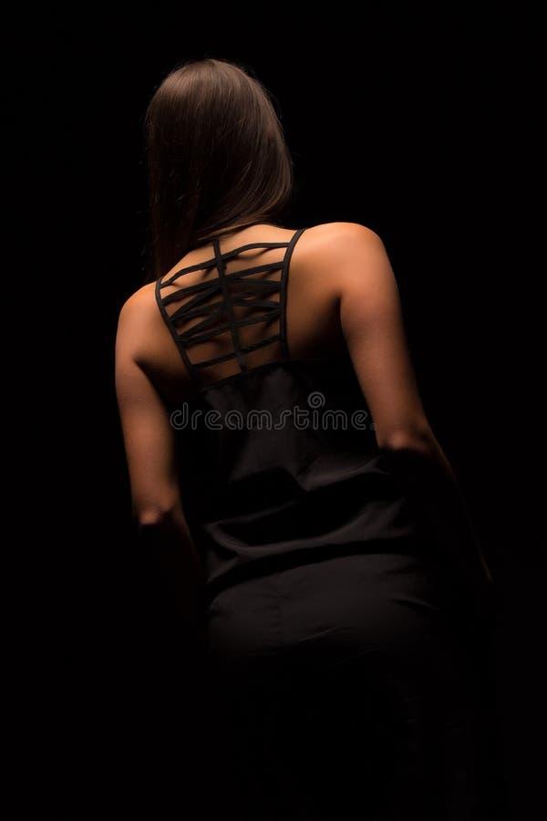 Portrait de jeune femme dans la robe noire avec le dos nu photo libre de droits