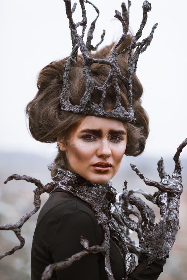 Portrait de jeune femme de beauté avec la couronne en bois Arbre images stock