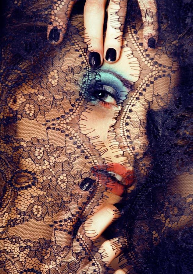 Portrait de jeune femme de beauté par la fin de dentelle vers le haut du maquillage de mystère photographie stock libre de droits