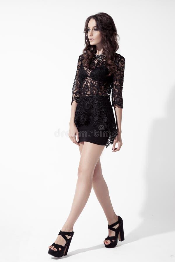 Portrait de jeune femme de brune dans la robe de dentelle. Fond blanc photos libres de droits