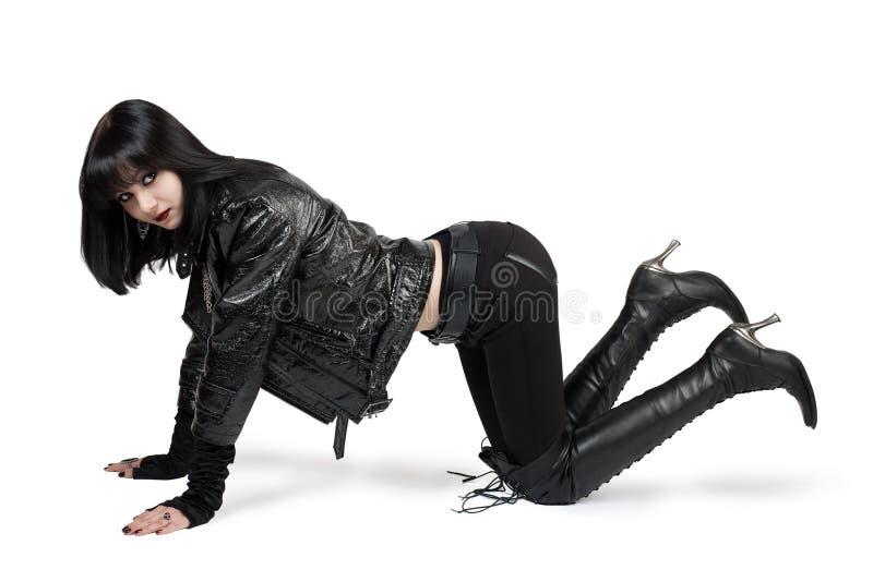 Portrait de jeune femme de goth dans les bottes à lacets image libre de droits