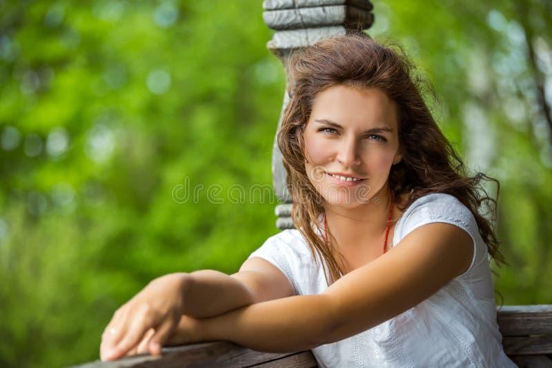 Portrait de jeune femme de smilin en parc d'été image libre de droits