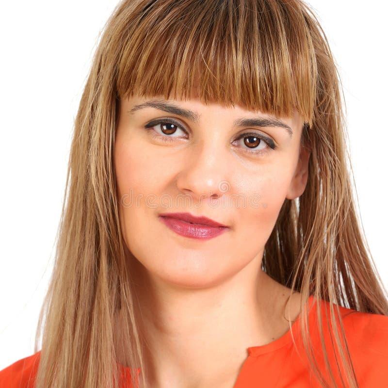 Portrait de jeune femme de sourire gaie, d'isolement au-dessus du Ba blanc photo libre de droits