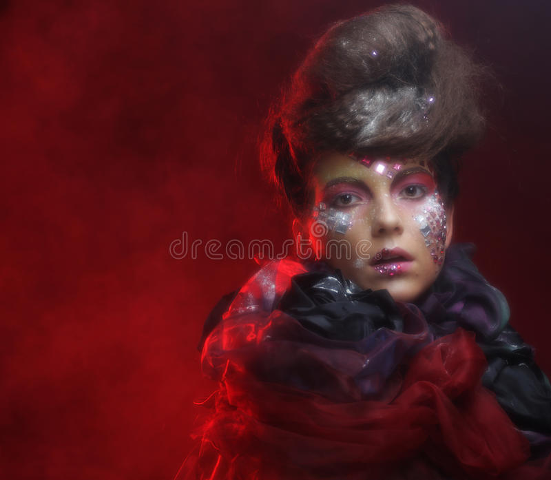 Download Portrait De Jeune Femme De Stylisn Avec Le Visage Créatif Photo stock - Image du rêve, robe: 77152606