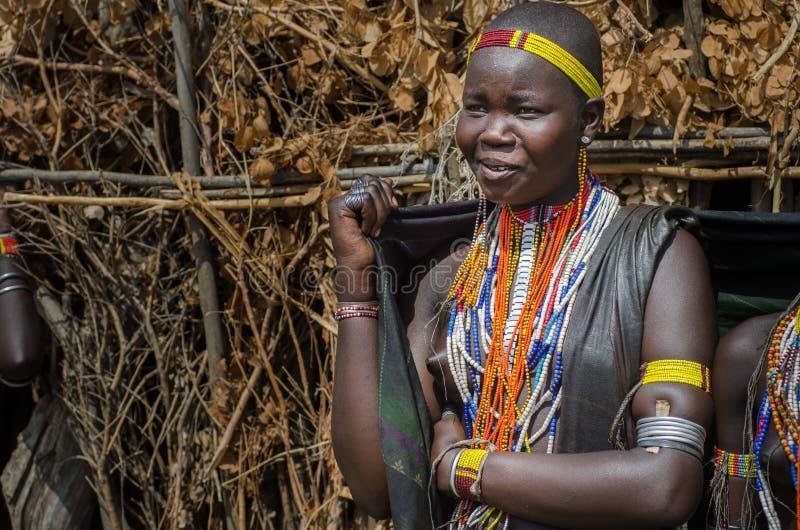 Portrait de jeune femme de tribu d'Arbore, Ethiopie photos stock