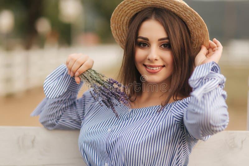 Portrait de jeune femme enceinte pr?s de la ferme Vue haute ?troite de dame dans le chapeau avec la lavande ? disposition Sourire images libres de droits
