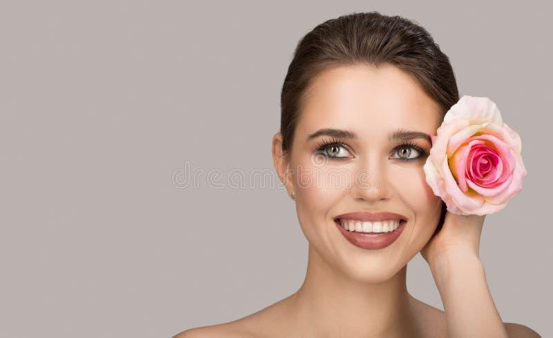 Portrait de jeune femme et de rose Beau sourire photo libre de droits