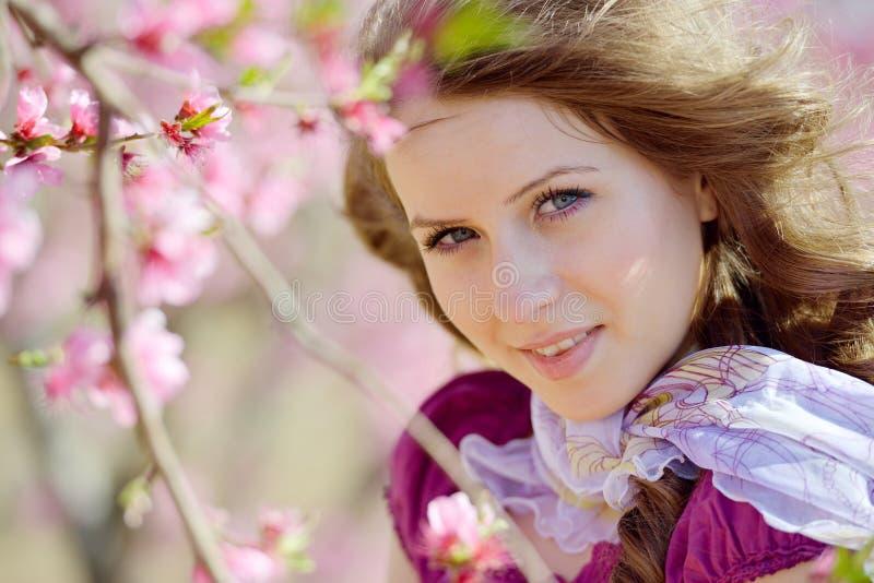 Download Portrait De Jeune Femme Extérieur Au Printemps Photo stock - Image du fleur, propre: 56477670